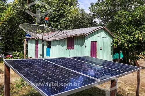 Painéis solares fotovoltaico e antena parabólica em casa na comunidade ribeirinha na Reserva de Desenvolvimento Sustentável Puranga Conquista  - Manaus - Amazonas (AM) - Brasil