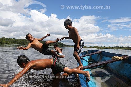 Meninos da comunidade ribeirinha na Reserva de Desenvolvimento Sustentável Puranga Conquista brincando no Rio Negro  - Manaus - Amazonas (AM) - Brasil