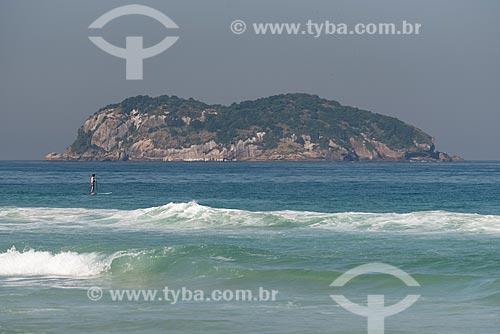 Praticante de stand up paddle na Praia da Barra da Tijuca com as Ilhas Tijucas ao fundo  - Rio de Janeiro - Rio de Janeiro (RJ) - Brasil