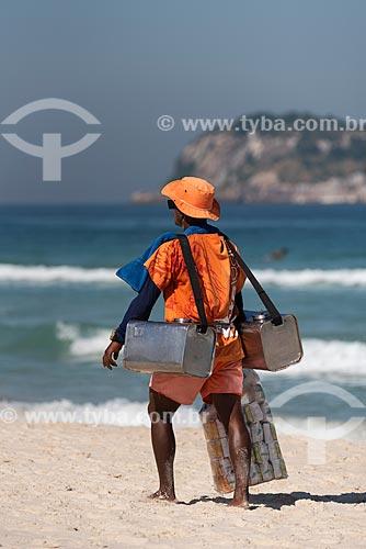 Vendedor de mate - considerados Patrimônio Cultural e Imaterial da cidade do Rio de Janeiro - na Praia da Barra da Tijuca  - Rio de Janeiro - Rio de Janeiro (RJ) - Brasil