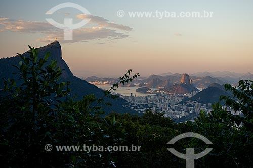 Vista do Cristo Redentor - à esquerda - e o Pão de Açúcar a partir do mirante da Vista Chinesa durante o pôr do sol  - Rio de Janeiro - Rio de Janeiro (RJ) - Brasil