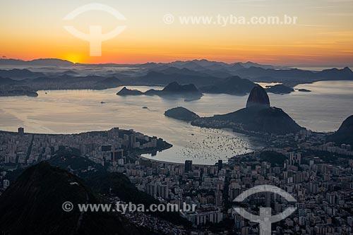 Vista do Pão de Açúcar a partir do mirante da Vista Chinesa durante o pôr do sol  - Rio de Janeiro - Rio de Janeiro (RJ) - Brasil
