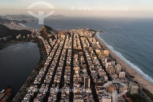 Foto aérea do bairro de Ipanema com a Lagoa Rodrigo de Freitas à esquerda  - Rio de Janeiro - Rio de Janeiro (RJ) - Brasil