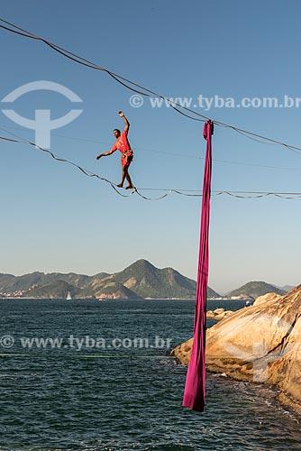 Praticante de slackline no costão da Praia Vermelha  - Rio de Janeiro - Rio de Janeiro (RJ) - Brasil