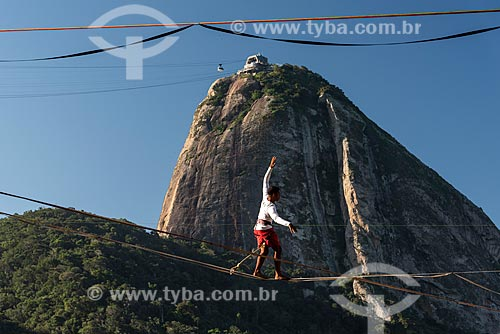 Praticante de slackline no costão da Praia Vermelha com o Pão de Açúcar ao fundo  - Rio de Janeiro - Rio de Janeiro (RJ) - Brasil