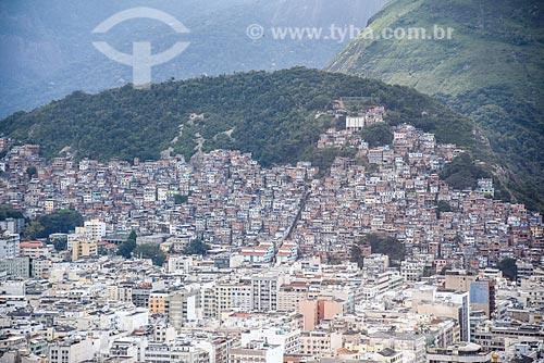 Foto aérea dos prédios bairro de Copacabana com a Favela Pavão Pavãozinho ao fundo  - Rio de Janeiro - Rio de Janeiro (RJ) - Brasil