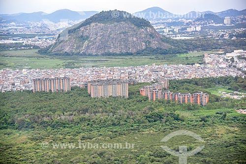 Foto aérea de prédios abandonados ao lado da favela de Rio das Pedras com a Pedra da Panela ao fundo  - Rio de Janeiro - Rio de Janeiro (RJ) - Brasil
