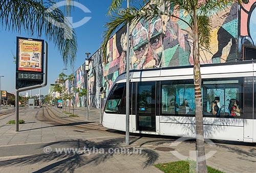 Veículo leve sobre trilhos transitando na Orla Prefeito Luiz Paulo Conde com o Mural Etnias ao fundo  - Rio de Janeiro - Rio de Janeiro (RJ) - Brasil