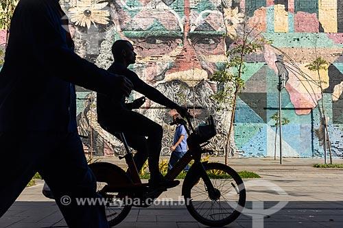 Silhueta de ciclista com o Mural Etnias na Orla Prefeito Luiz Paulo Conde ao fundo  - Rio de Janeiro - Rio de Janeiro (RJ) - Brasil