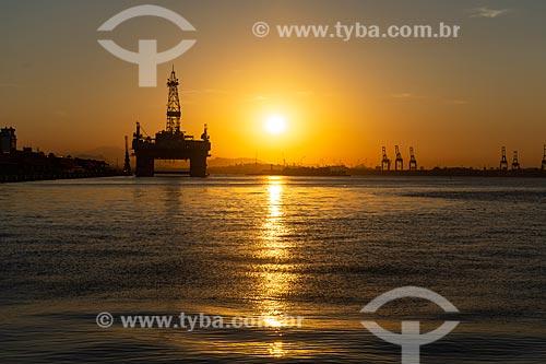 Vista do pôr do sol a partir da Praça Mauá com plataforma de petróleo ao fundo  - Rio de Janeiro - Rio de Janeiro (RJ) - Brasil