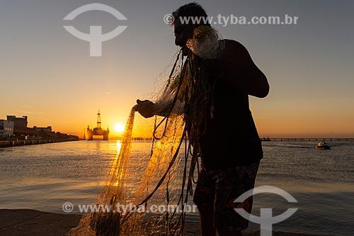 Pescador na Praça Mauá com plataforma de petróleo ao fundo durante o pôr do sol  - Rio de Janeiro - Rio de Janeiro (RJ) - Brasil