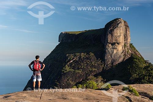 Grupo de pessoas no cume da Pedra Bonita com a Pedra da Gávea ao fundo  - Rio de Janeiro - Rio de Janeiro (RJ) - Brasil