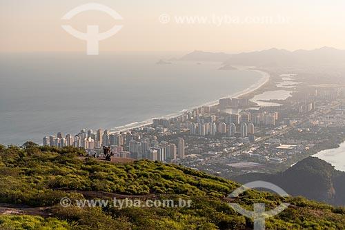 Grupo de pessoas no cume da Pedra Bonita observando a vista com o bairro da Barra da Tijuca ao fundo  - Rio de Janeiro - Rio de Janeiro (RJ) - Brasil