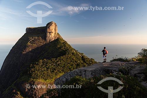 Homem no cume da Pedra Bonita observando a vista com a Pedra da Gávea ao fundo  - Rio de Janeiro - Rio de Janeiro (RJ) - Brasil