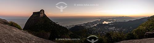 Vista da Pedra da Gávea e do bairro da Barra da Tijuca a partir da Pedra Bonita durante o pôr do sol  - Rio de Janeiro - Rio de Janeiro (RJ) - Brasil