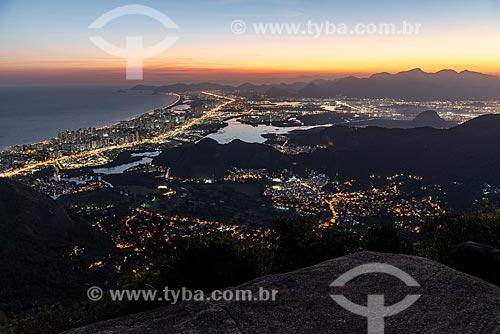 Vista do bairro da Barra da Tijuca a partir da Pedra Bonita durante o anoitecer  - Rio de Janeiro - Rio de Janeiro (RJ) - Brasil