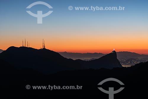 Vista do Morro do Sumaré - à esquerda - com o Cristo Redentor a partir da Pedra Bonita durante o amanhecer  - Rio de Janeiro - Rio de Janeiro (RJ) - Brasil