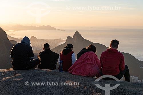 Grupo de pessoas no cume da Pedra Bonita observando a vista com o Morro Dois Irmãos ao fundo  - Rio de Janeiro - Rio de Janeiro (RJ) - Brasil