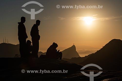 Grupo de pessoas no cume da Pedra Bonita observando a vista com o Cristo Redentor ao fundo  - Rio de Janeiro - Rio de Janeiro (RJ) - Brasil