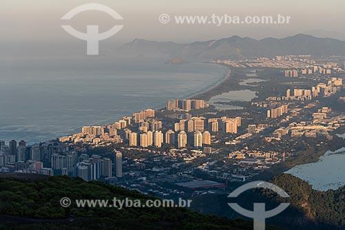 Vista do bairro da Barra da Tijuca a partir da Pedra Bonita durante o amanhecer  - Rio de Janeiro - Rio de Janeiro (RJ) - Brasil