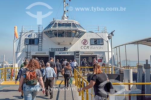 Passageiros embarcando em barca que faz a travessia entre Rio de Janeiro e Niterói  - Rio de Janeiro - Rio de Janeiro (RJ) - Brasil