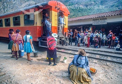 Passageiros embarcando na Estação Ferroviária de Puente Ruinas - que faz a travessia até as ruínas de Machu Picchu - década de 90  - Machu Picchu pueblo - Departamento de Cusco - Peru