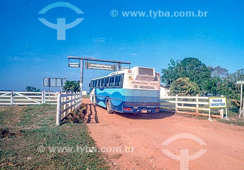 Ônibus na Rodovia Transpantaneira (MT-060) - Pantanal - década de 90  - Mato Grosso (MT) - Brasil