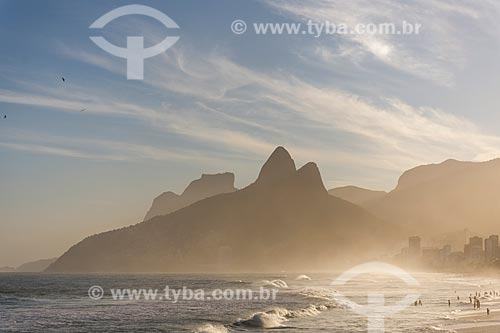 Vista do pôr do sol a partir da orla da Praia do Arpoador com o Morro Dois Irmãos e a Pedra da Gávea ao fundo  - Rio de Janeiro - Rio de Janeiro (RJ) - Brasil