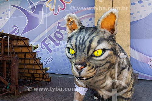 Alegoria em forma de gato em frente ao barracão de escola de samba na Cidade do Samba Joãozinho Trinta  - Rio de Janeiro - Rio de Janeiro (RJ) - Brasil