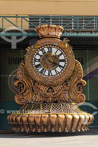 Alegoria em forma de relógio em frente ao barracão de escola de samba na Cidade do Samba Joãozinho Trinta  - Rio de Janeiro - Rio de Janeiro (RJ) - Brasil