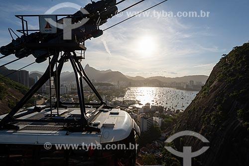 Bondinho fazendo a travessia para o Morro da Urca com o Cristo Redentor ao fundo  - Rio de Janeiro - Rio de Janeiro (RJ) - Brasil