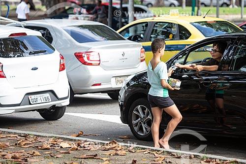 Menor de idade vendendo bala no trânsito  - Rio de Janeiro - Rio de Janeiro (RJ) - Brasil