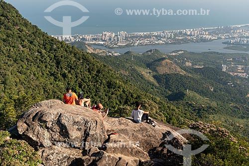 Jovens observando a vista à partir do Bico do Papagaio  - Rio de Janeiro - Rio de Janeiro (RJ) - Brasil
