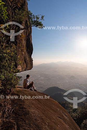 Jovem observando a vista à partir do Bico do Papagaio  - Rio de Janeiro - Rio de Janeiro (RJ) - Brasil