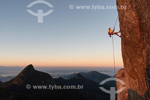 Rapel no Bico do Papagaio com o Pico da Tijuca ao fundo durante o pôr do sol  - Rio de Janeiro - Rio de Janeiro (RJ) - Brasil