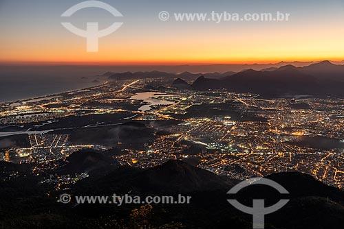 Vista do bairro da Barra da Tijuca a partir do Bico do Papagaio durante o pôr do sol  - Rio de Janeiro - Rio de Janeiro (RJ) - Brasil