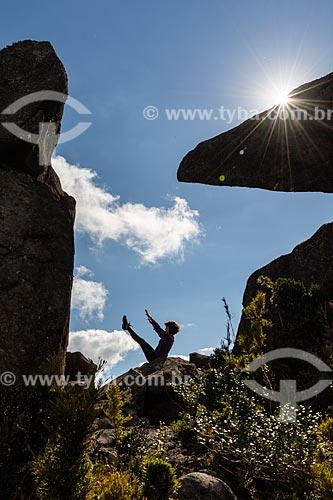 Mulher praticando Yoga - movimento navasana (barco) - no Morro do Couto - Parque Nacional de Itatiaia  - Itatiaia - Rio de Janeiro (RJ) - Brasil