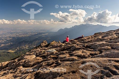 Mulher observando à paisagem a partir do Maciço das Prateleiras no Parque Nacional de Itatiaia  - Itatiaia - Rio de Janeiro (RJ) - Brasil