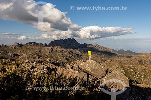Homem observando o Pico das Agulhas Negras no Parque Nacional de Itatiaia  - Itatiaia - Rio de Janeiro (RJ) - Brasil