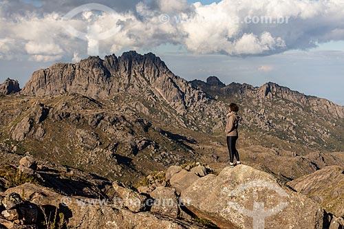 Mulher observando o Pico das Agulhas Negras no Parque Nacional de Itatiaia  - Itatiaia - Rio de Janeiro (RJ) - Brasil