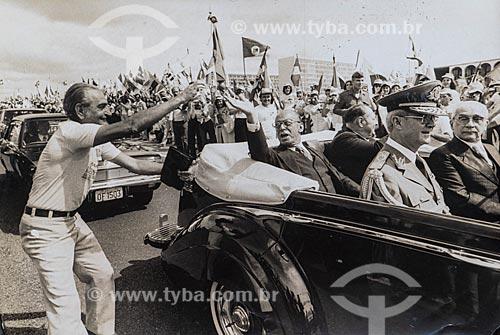 João Baptista Figueiredo desfilando em carro aberto durante a cerimônia de posse presidencial  - Brasília - Distrito Federal (DF) - Brasil