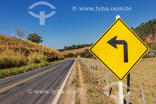 Sinalização rodoviária em trecho da Rodovia MG-353 entre municípios de Piraúba e Guarani  - Guarani - Minas Gerais (MG) - Brasil