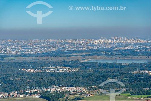 Vista de nuvem de poluição cobrindo a cidade de Curitiba a partir do morro Pão de Ló  - Curitiba - Paraná (PR) - Brasil