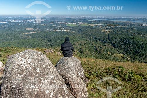 Visitante observando a paisagem a partir do morro Pão de Ló no Parque Estadual da Serra da Baitaca  - Quatro Barras - Paraná (PR) - Brasil