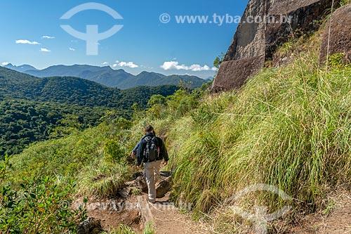 Visitante em trilha do morro Pão de Ló no Parque Estadual da Serra da Baitaca  - Quatro Barras - Paraná (PR) - Brasil