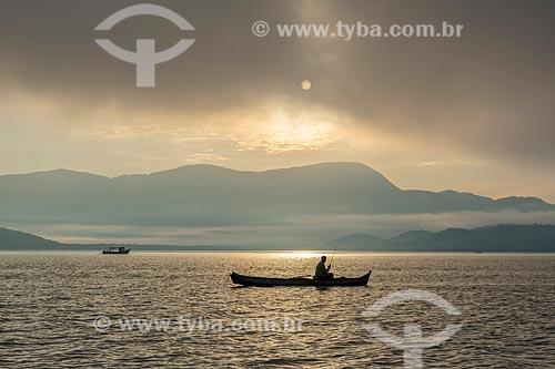 Vista de pescador na baía de Antonina durante o amanhecer  - Antonina - Paraná (PR) - Brasil