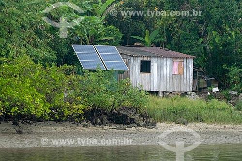 Painel solar fotovoltaico em casa de comunidade ribeirinha na Ilha do Pinheirinho - Parque Nacional de Superagüi  - Guaraqueçaba - Paraná (PR) - Brasil