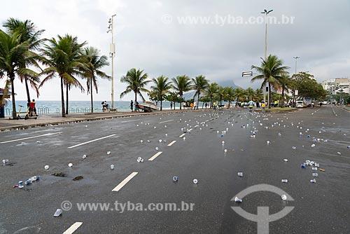 Detalhe de copos de água deixados na Avenida Vieira Souto após a Meia Maratona Internacional do Rio de Janeiro  - Rio de Janeiro - Rio de Janeiro (RJ) - Brasil