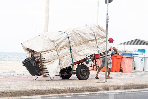 Detalhe de carrinho de burro-sem-rabo com cadeiras de praia na orla da Praia de Ipanema  - Rio de Janeiro - Rio de Janeiro (RJ) - Brasil