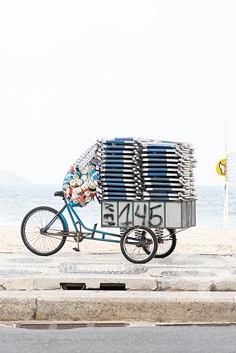 Detalhe de bicicleta de entrega com cadeiras de praia na orla da Praia de Ipanema  - Rio de Janeiro - Rio de Janeiro (RJ) - Brasil